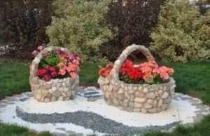 Кам'яна клумба-кошик з тюльпанами