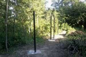 Установка стовпчиків для дерев'яного паркану