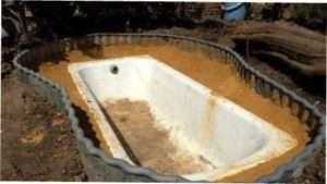 Фонтан на дачі зі старої ванни