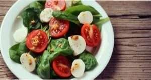 Салат зі шпинатом і смаженої моцарелою - фото.