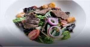 Святковий салат з картоплею і яловичиною