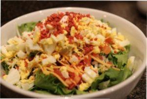 Відео-рецепт готування простого і недорогого салату з сухариками в честь Нового року