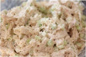 Відео-рецепт приготування недорогого новорічного салату з куркою
