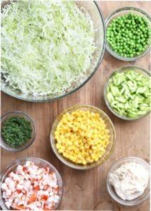 Інгредієнти для недорогого новорічного салату-новинки з крабовими паличками
