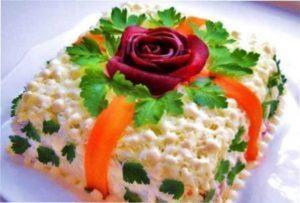 Новорічний салат Ананас з фото