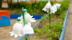 Прикраси з пластикових пляшок для дачної ділянки фото