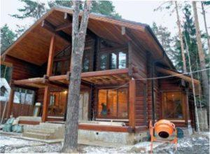 Огляд дерев'яного будинку зі зрубом з колод або бруса