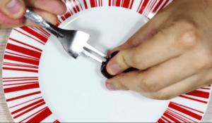 Як швидко прибрати кісточки з вишень за допомогою вилки