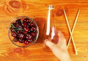 Як відокремити кісточки від вишні пляшкою