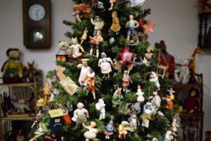 Яскраві новорічні ялинки ручної роботи