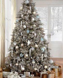 Фото новорічної ялинки 2021 білому і металевому кольорі